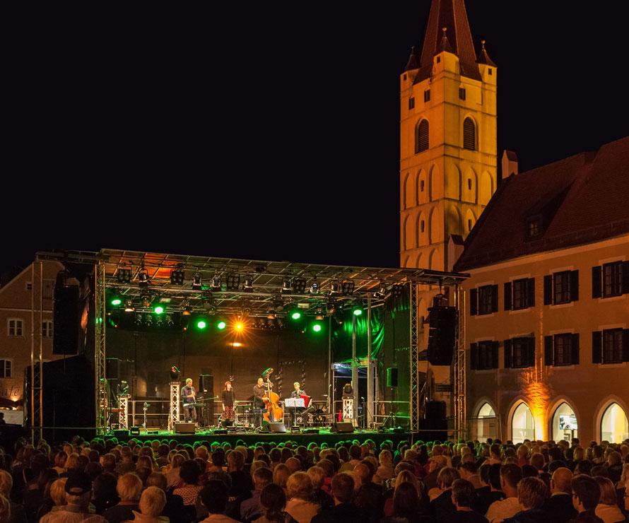 Sommerfestival Nachtstimmung Lichttechnik Buehne Veranstaltung